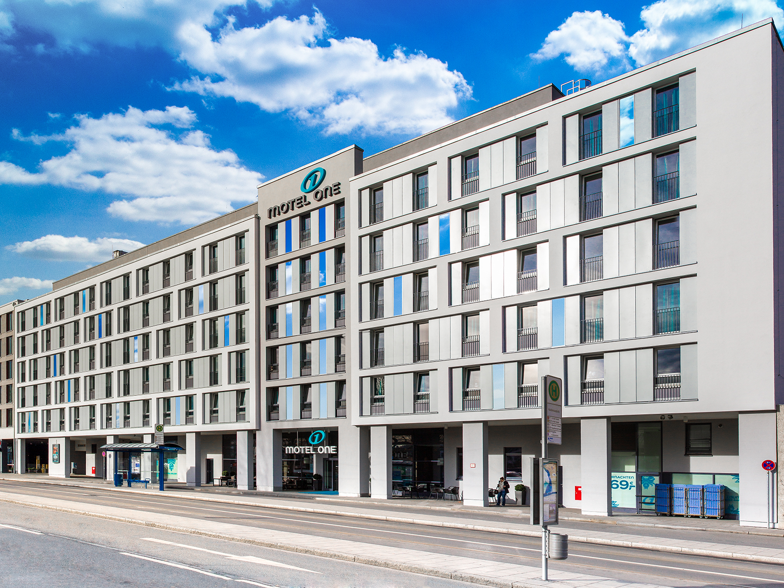 Motel one hotel fassadengestaltung orleansstra e 87 for Breckle motel one